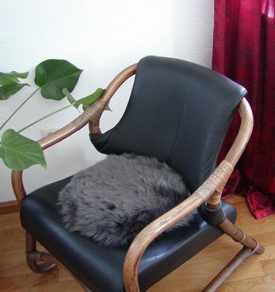 runde Sitzauflage aus australischen Lammfellen, Fellkissen rund anthrazit, Ø ca. 45 cm, waschbar, Haarlänge ca. 70 mm