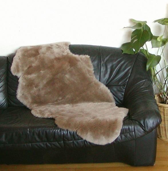 australische Doppel Lammfelle aus 1,5 Fellen beigebraun gefärbt geschoren, Haarlänge ca. 30 mm, voll waschbar, ca. 160 cm