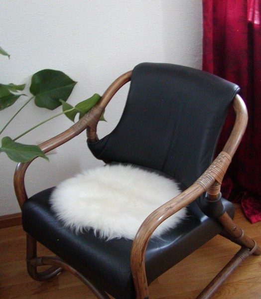 runde Sitzauflage aus australischen Lammfellen, Fellkissen rund naturweiß, Ø ca. 45 cm, waschbar, Haarlänge ca. 70 mm
