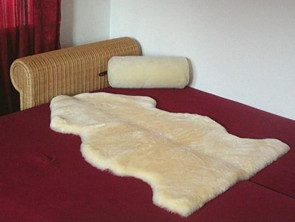 weiche Lammfell Betteinlagen in Naturtierform medizinisch gegerbt geschoren, waschbar, ca. 110 cm lang, 30 mm geschoren