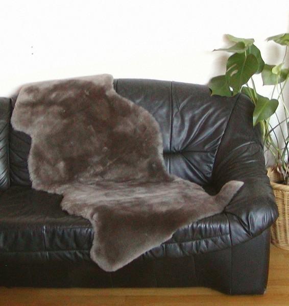 australische Doppel Lammfelle aus 1,5 Fellen taupe dunkel gefärbt geschoren, Haarlänge ca. 30 mm, voll waschbar, ca. 160 cm